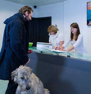 Tierarzt Besserer Neuss · Hol- und Bringservice im Empfang der Praxis