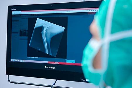 Tierarztpraxis Besserer: Röntgenbild auf Monitor im OP