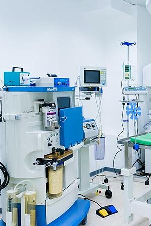 Tierarztpraxis Besserer: Diverse Medizinische Maschinen im Operationsraum