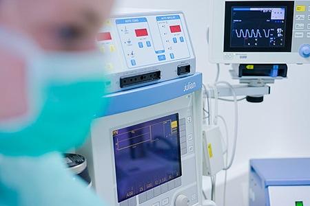 Tierarztpraxis Besserer: Diagnose und Beobachtung während der OP