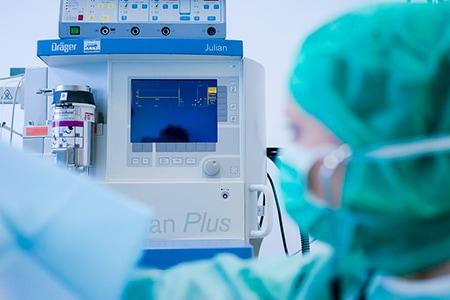 Tierarztpraxis Besserer: Beobachtung mit modernen medizinischen Geräten während einer OP