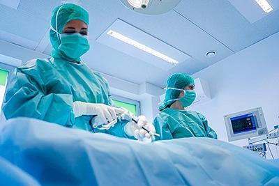 Tierarztpraxis Besserer: Dr. med. vet. Katerine Besserer im OP