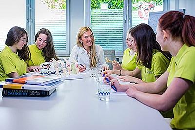 Tierarztpraxis Besserer: Dr. med. vet. Katerine Besserer schult das Praxis-Team
