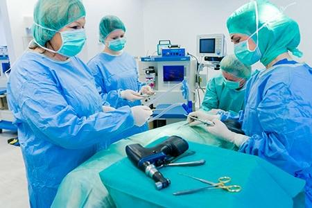 Fr. Dr. Besserer mit Assistentin bei einer orthopädischen OP